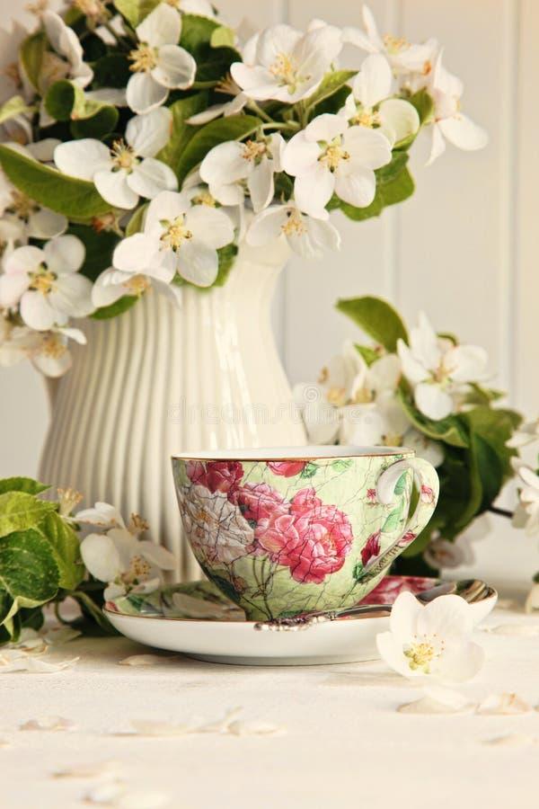 Taza de té con los flores de la flor fresca imágenes de archivo libres de regalías