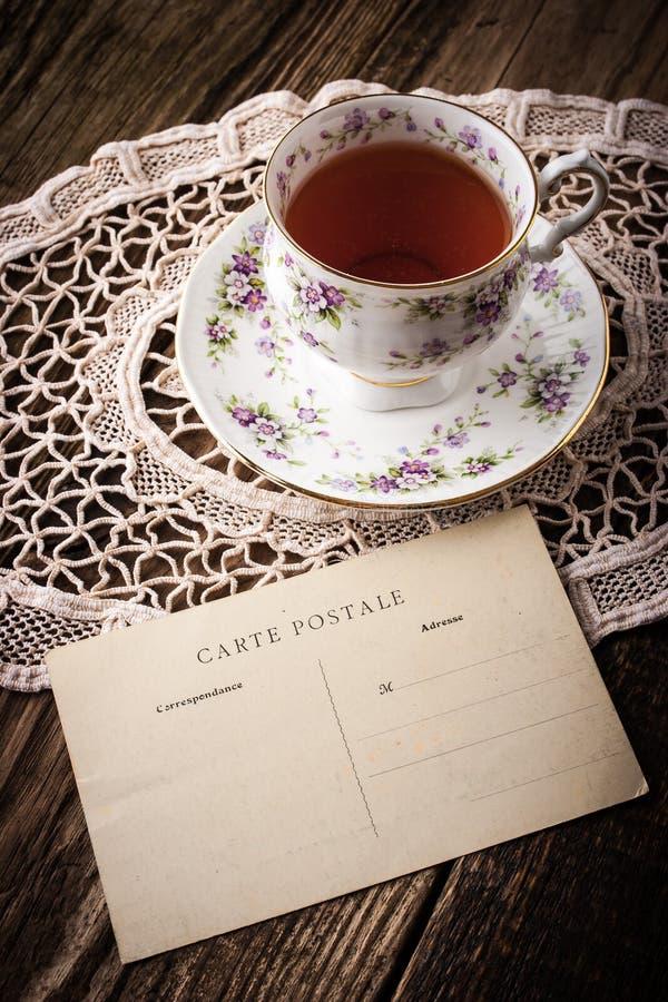Taza de té con vertical de la postal fotografía de archivo