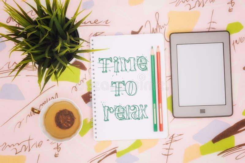 Taza de té, cuaderno y ebook imagen de archivo libre de regalías
