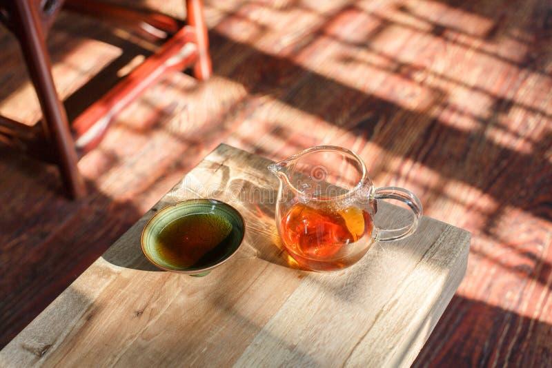 Taza de té del Celadon y vidrio del té fotografía de archivo