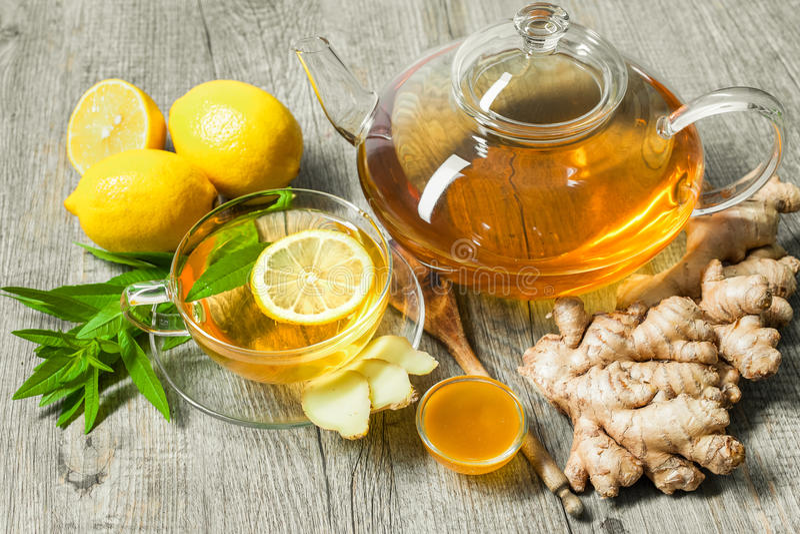 Taza de té del jengibre con la miel y el limón foto de archivo libre de regalías