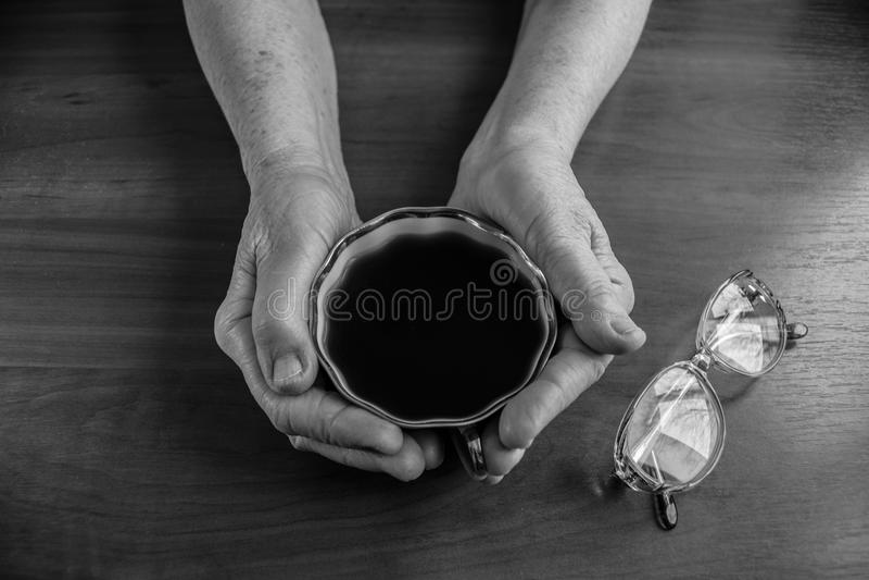 Taza de té en manos imagenes de archivo