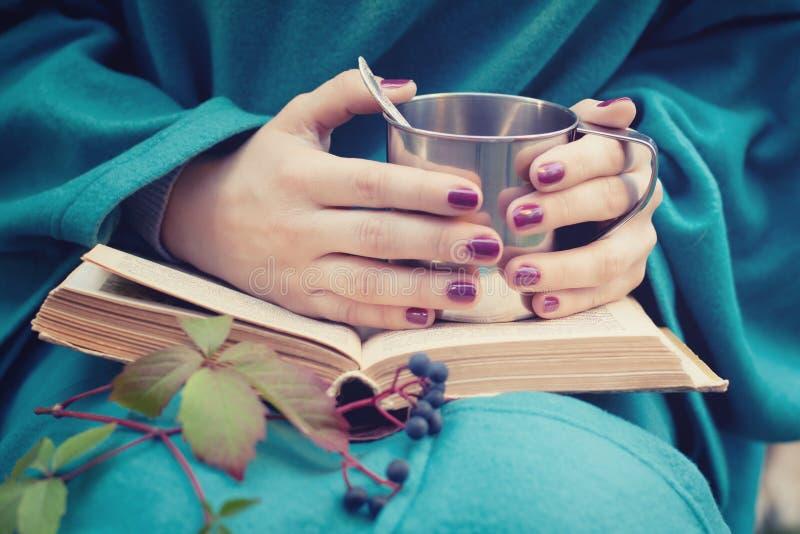 Taza de té en manos femeninas imágenes de archivo libres de regalías
