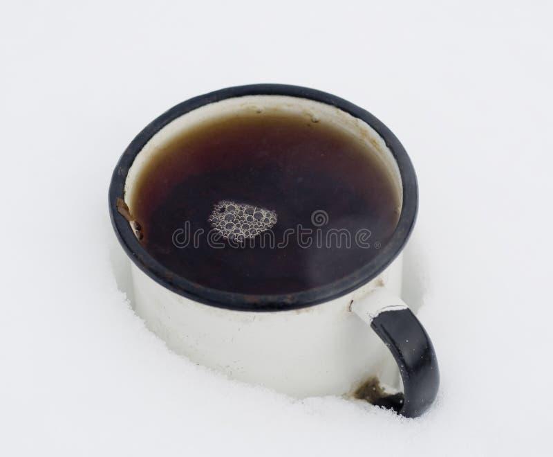 Taza de té en nieve imagenes de archivo
