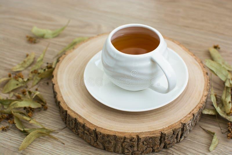 Taza de té en una plataforma de madera fotografía de archivo