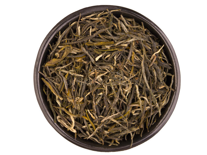 Taza de té negra del metal con brebaje del té verde aislada en blanco imagen de archivo libre de regalías