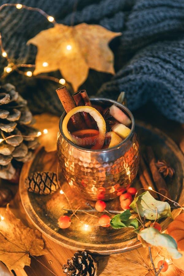 Taza de té picante caliente con anís y canela Composición del otoño imagen de archivo