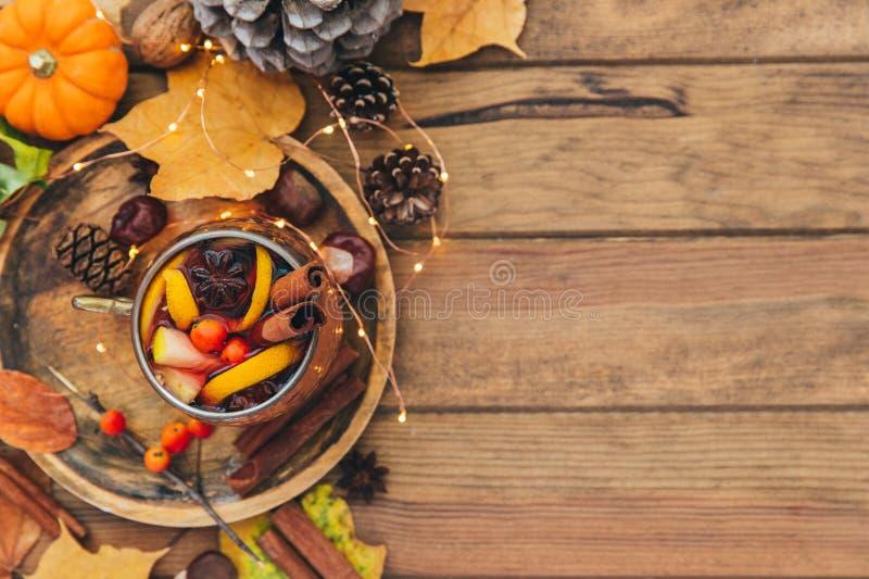Taza de té picante caliente con anís y canela sobre fondo de madera Sobre fondo de madera imágenes de archivo libres de regalías