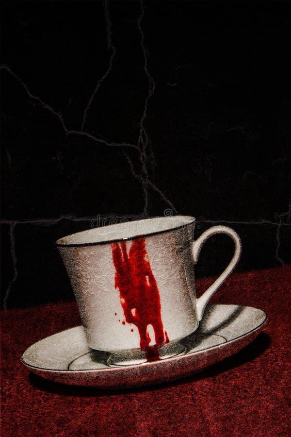Taza de té sangrienta del vampiro foto de archivo