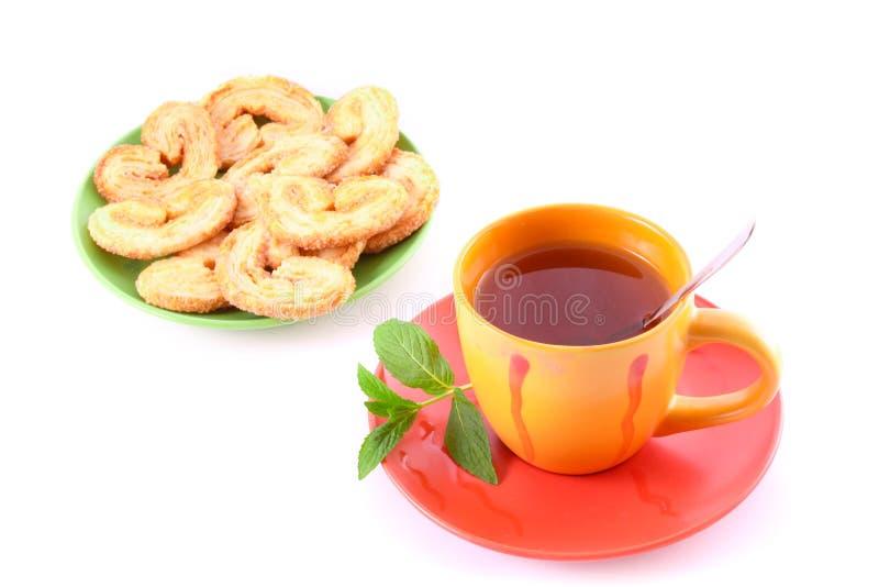 Taza de té verde en el platillo imagen de archivo