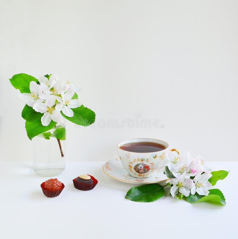 Taza de té y de flores imágenes de archivo libres de regalías