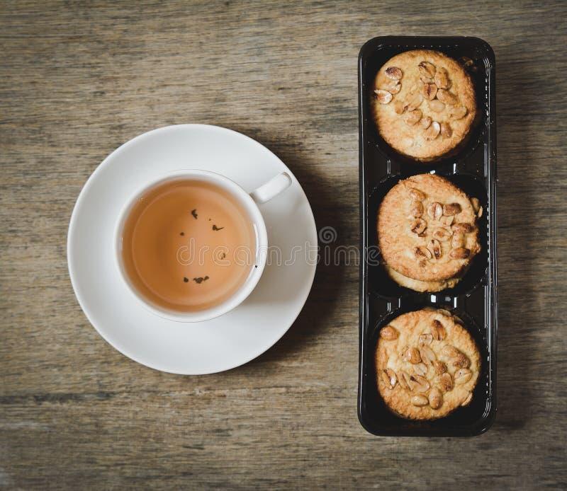Taza de té y de galletas calientes fotografía de archivo