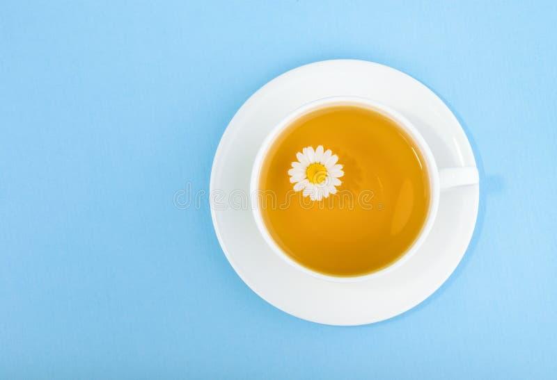 Taza de té y de manzanilla imagen de archivo