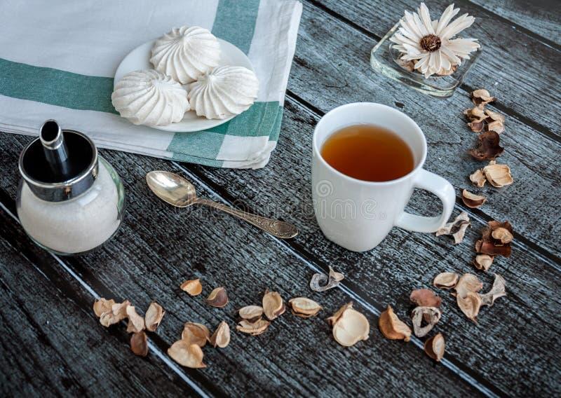 Taza de té y de merengue fotos de archivo
