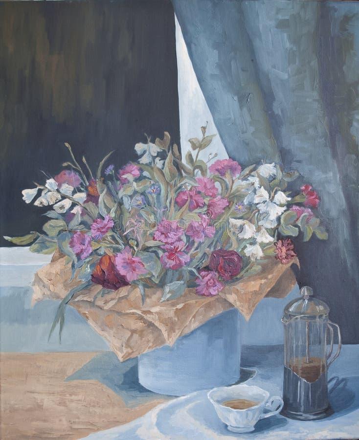 Taza de té y un ramo de flores en la tabla imagenes de archivo