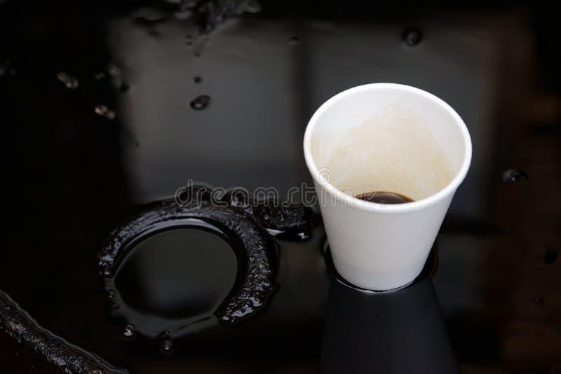 Taza Del Aceite Y Del Plástico Foto de archivo