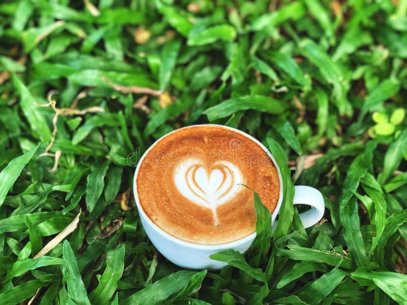 Taza del amor, arte lindo del latte del amor del coraz?n en la taza blanca en el fondo verde de la licencia imágenes de archivo libres de regalías