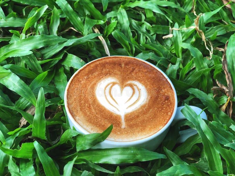 Taza del amor, arte lindo del latte del amor del coraz?n en la taza blanca en el fondo verde de la licencia fotografía de archivo libre de regalías