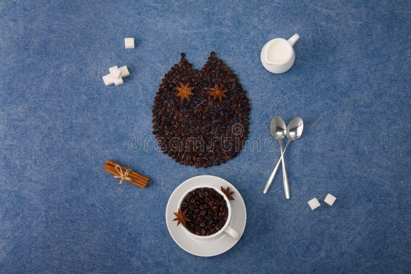 Taza del búho de la composición del café de canela de las cucharas de azúcar de leche del café foto de archivo libre de regalías
