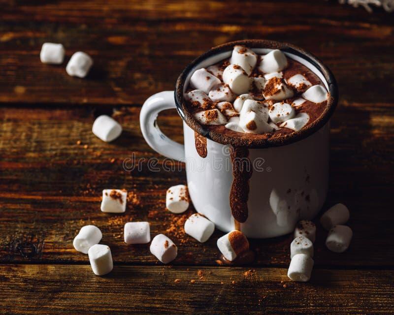 Taza del cacao con las melcochas fotografía de archivo libre de regalías
