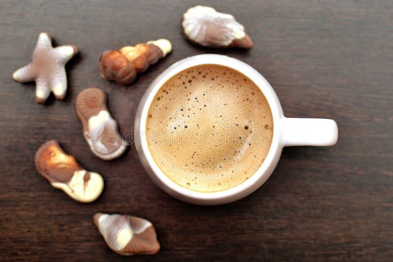 Taza del café con leche imagenes de archivo