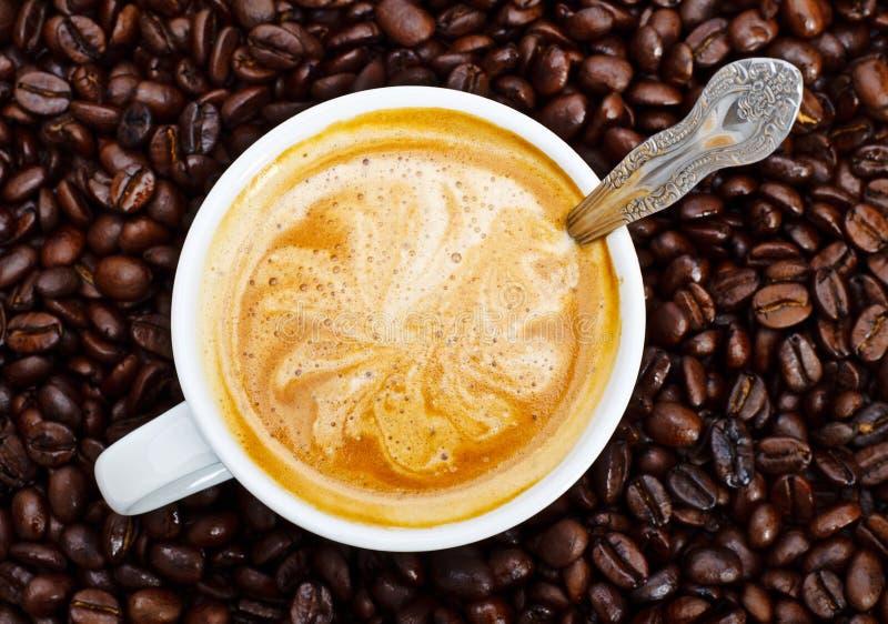 Taza del café express en granos de café fotos de archivo libres de regalías