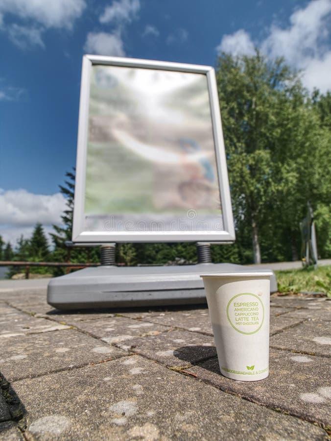 Taza del caf? con leche Café aromático en taza de papel para llevar en hierba fotografía de archivo