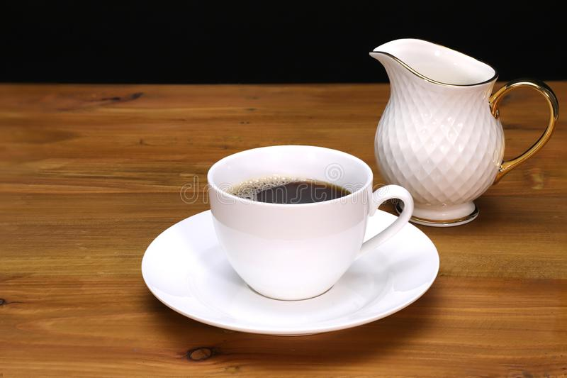 taza del coffe, platillo, y jarro de leche fotografía de archivo libre de regalías