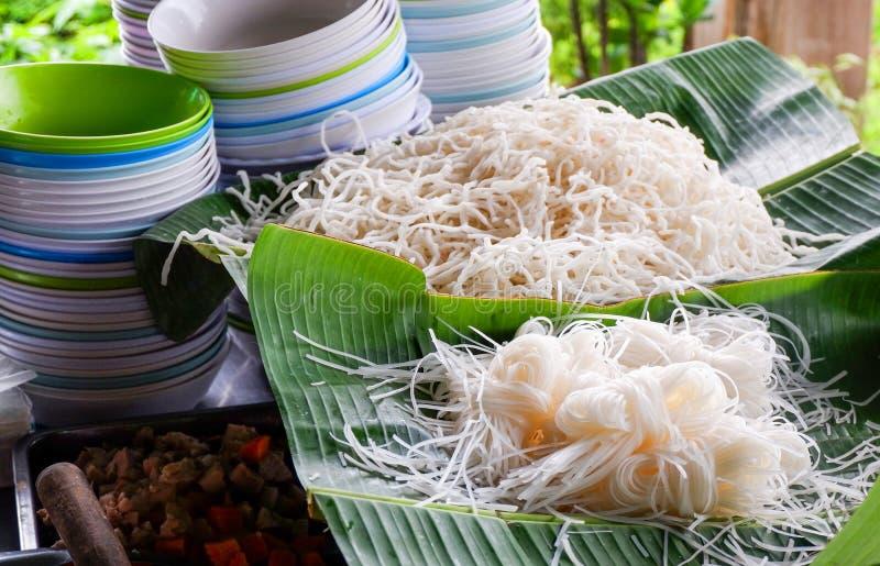 Taza del cuenco y tallarines de arroz blanco foto de archivo