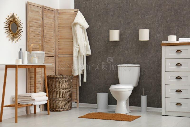 Taza del inodoro de cerámica en cuarto de baño elegante foto de archivo