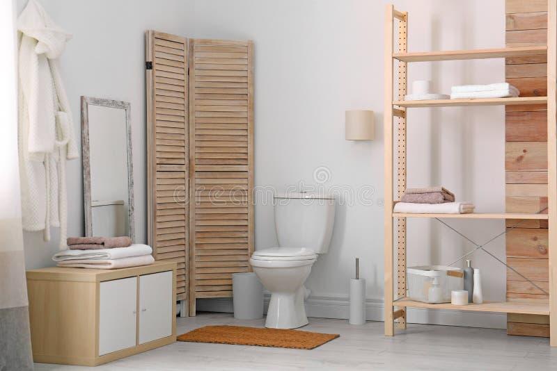 Taza del inodoro de cerámica en cuarto de baño elegante Idea para el dise?o imagen de archivo libre de regalías