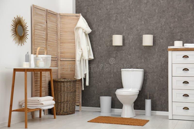Taza del inodoro de cerámica en cuarto de baño elegante fotos de archivo