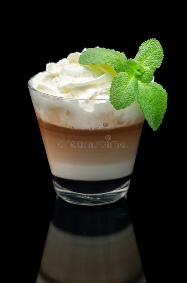 Taza del latte de Coffe en el fondo negro imágenes de archivo libres de regalías