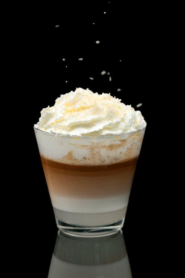 Taza del latte de Coffe en el fondo negro fotos de archivo