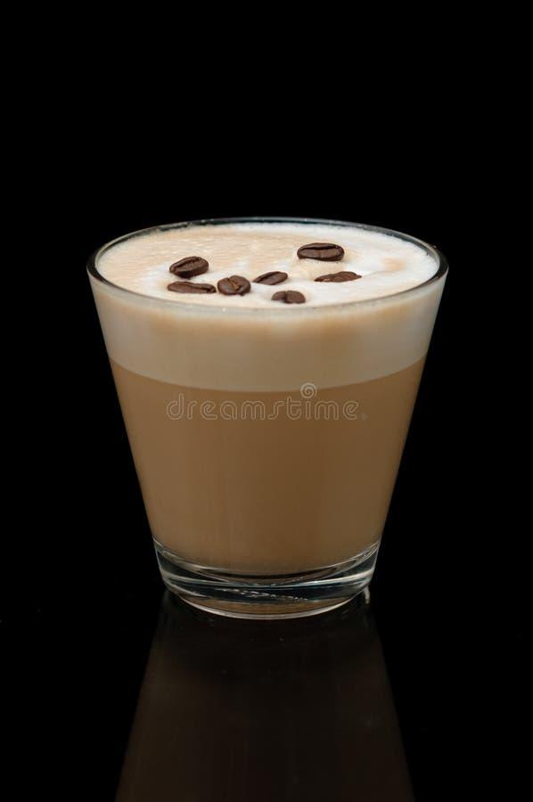 Taza del latte de Coffe en el fondo negro imagen de archivo libre de regalías