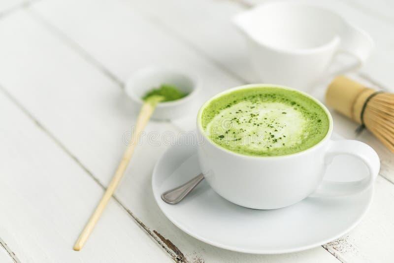 Taza del latte del matcha del té verde con el copyspace imagen de archivo