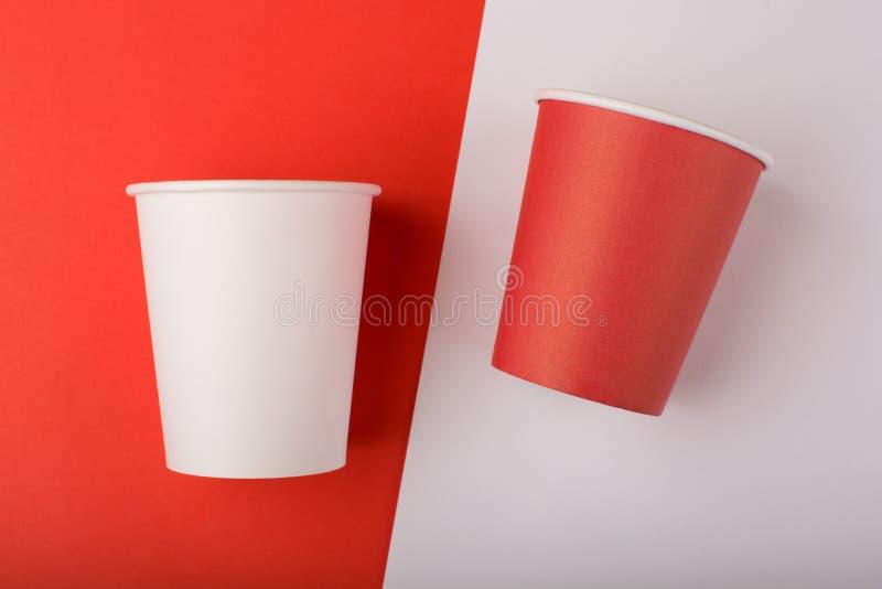 Taza del Libro Blanco rojo y en fondo coloreado foto de archivo