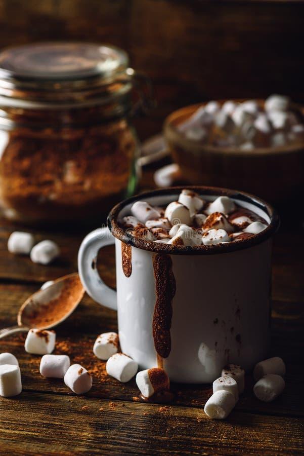 Taza del metal de cacao con la melcocha fotografía de archivo libre de regalías