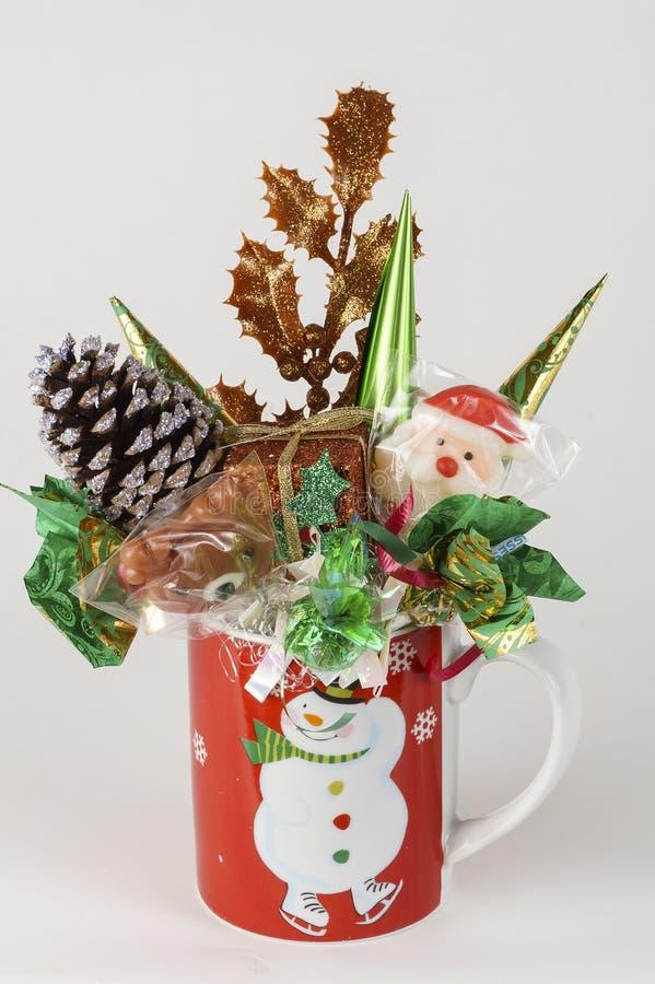 Taza del regalo del color rojo con el caramelo para la celebración del Año Nuevo foto de archivo