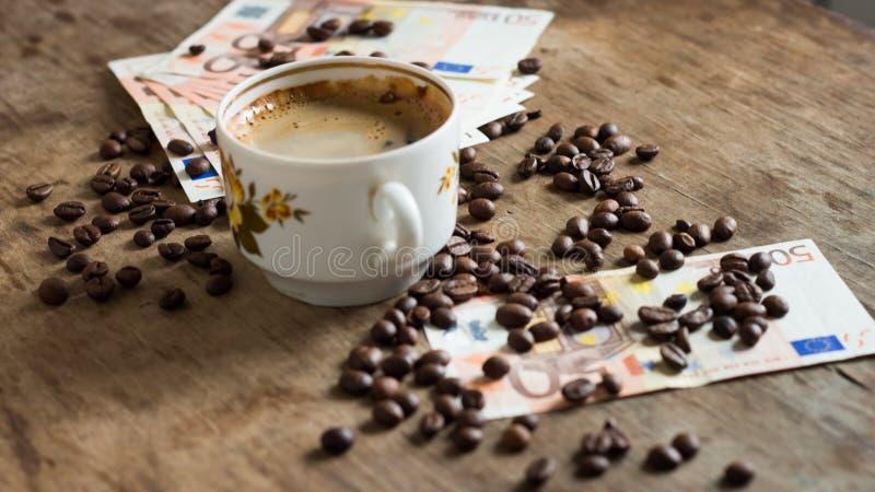 Taza del vintage de café sólo y de billetes de banco euro imagen de archivo