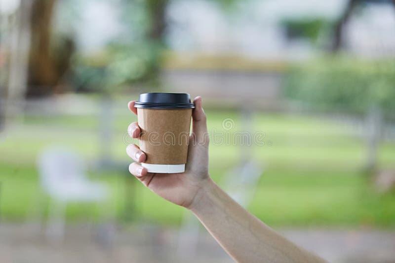 Taza disponible del café con leche foto de archivo libre de regalías