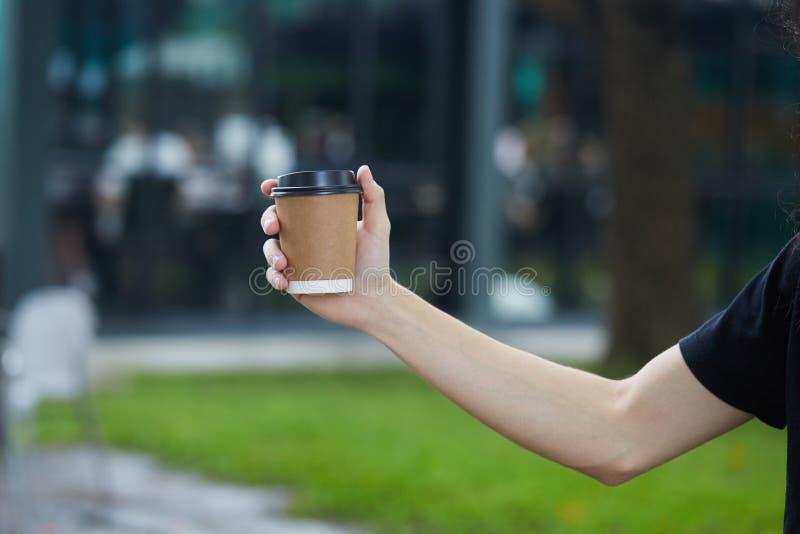 Taza disponible del café con leche fotografía de archivo libre de regalías