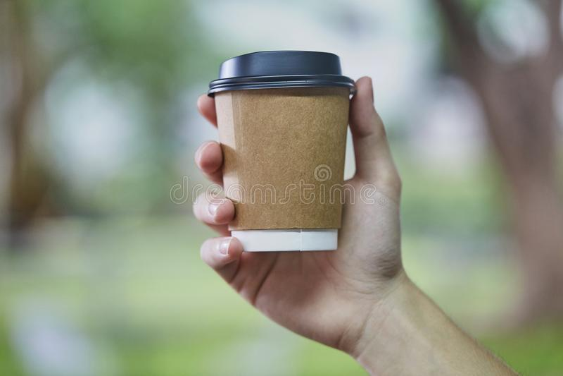 Taza disponible del café con leche fotografía de archivo