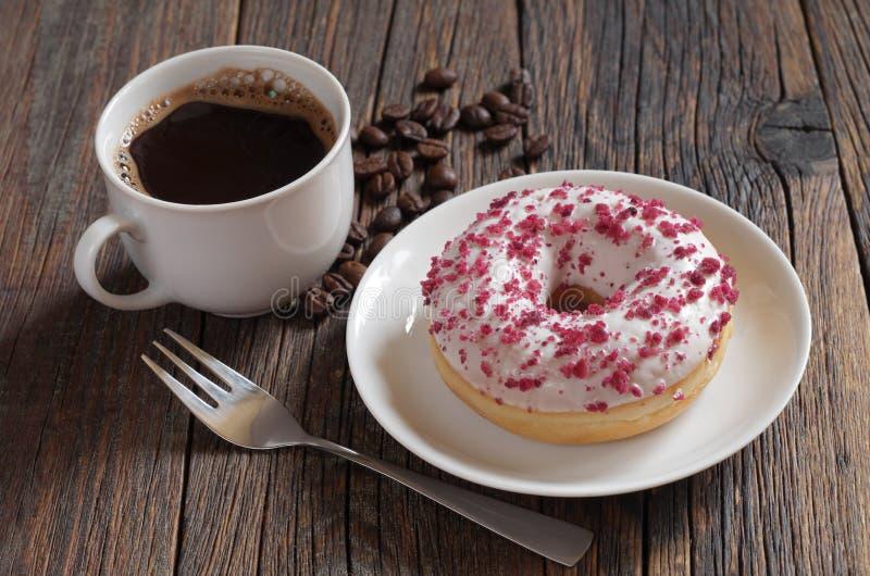 Taza dulce del buñuelo y de café imagen de archivo