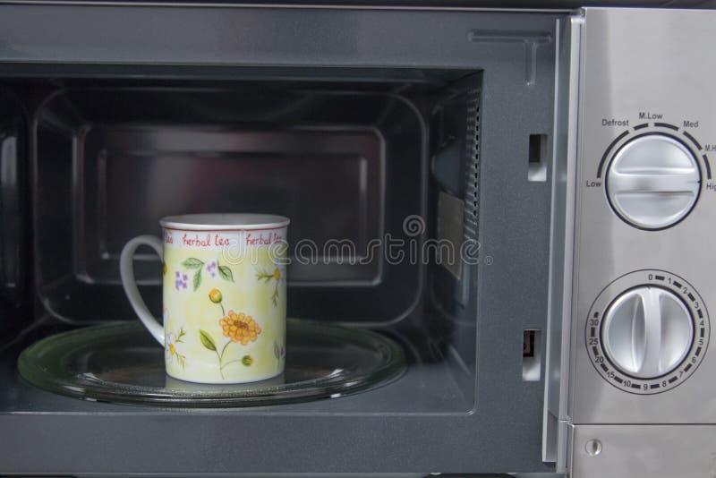 Taza en café o infusiones de la microonda fotografía de archivo