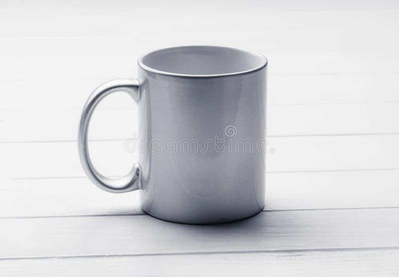 Taza en la tabla de cena, maqueta del caf? con leche fotos de archivo