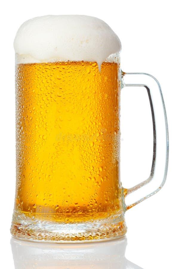 Taza fría de cerveza imagenes de archivo