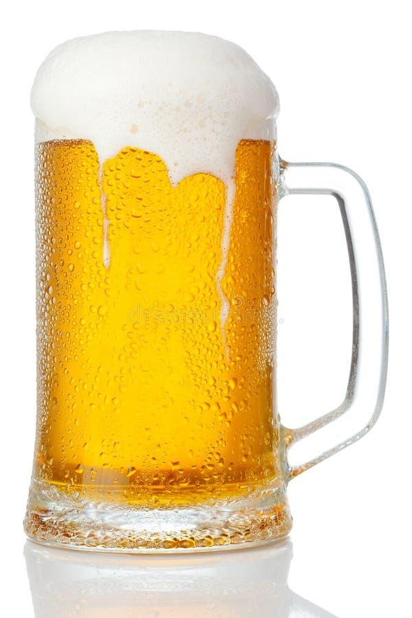 Taza fría de cerveza fotografía de archivo