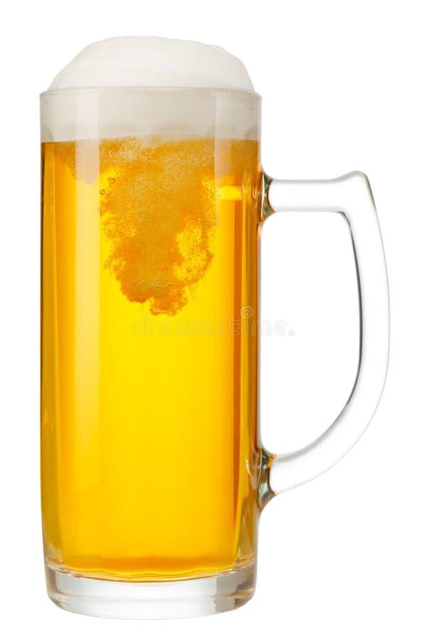 Taza fría de cerveza con espuma imagen de archivo libre de regalías