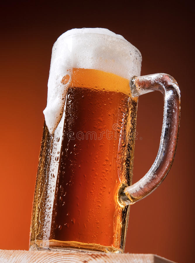 Taza grande de cerveza fotos de archivo